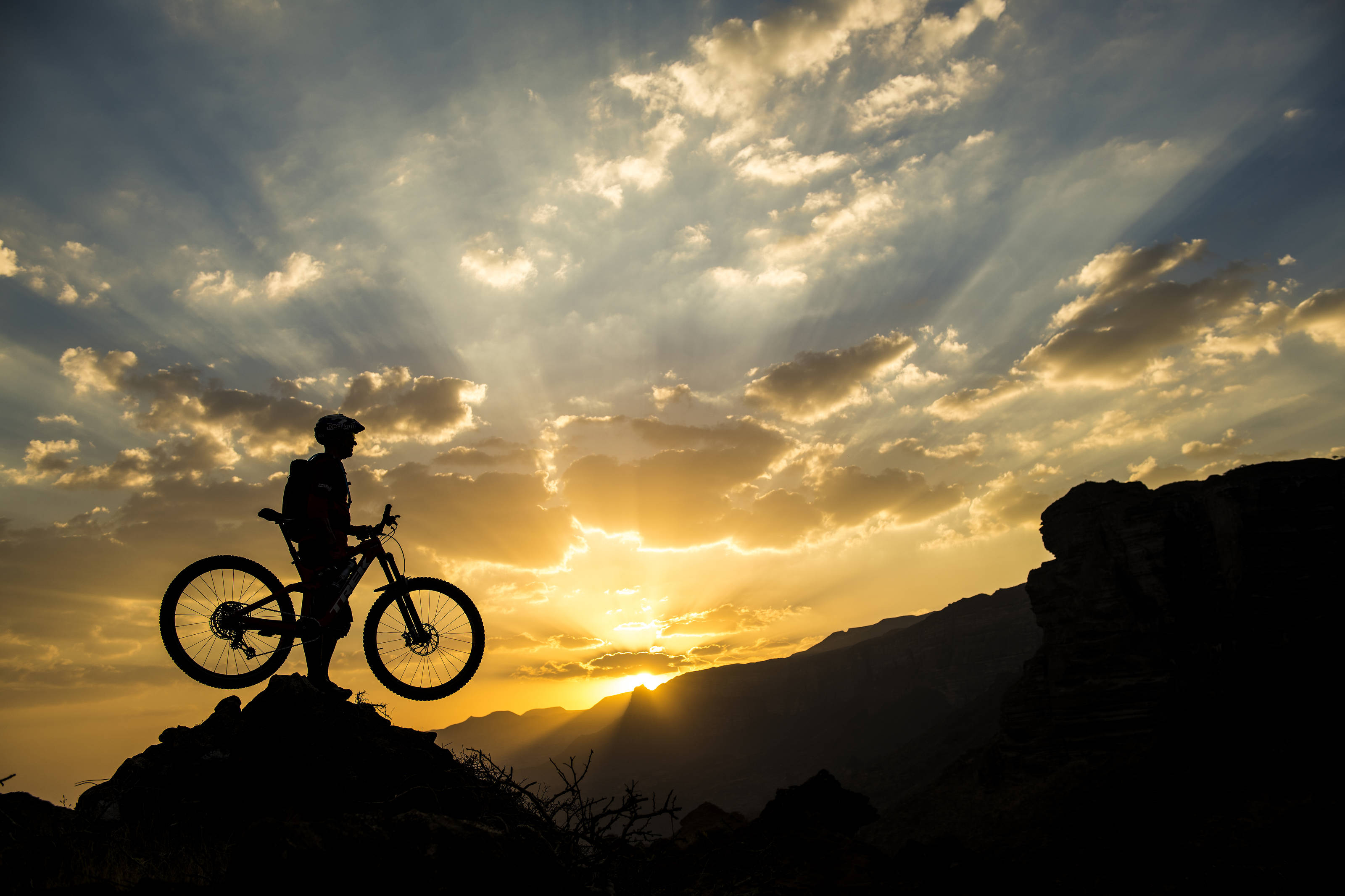 185212b98be VIDEO: Camels carve out cool trails for MTB rider Wildhaber in Oman ...